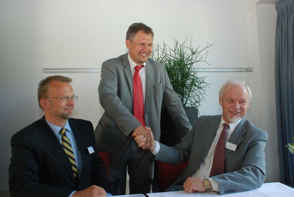 LANSERING: Olje- og energiminister (bak) lanserer fornybarbransjens internasjonale arm Intpow, flankert av direktør Geir Elsebutangen (t.v.) og styreformann Bjørn Blaker.