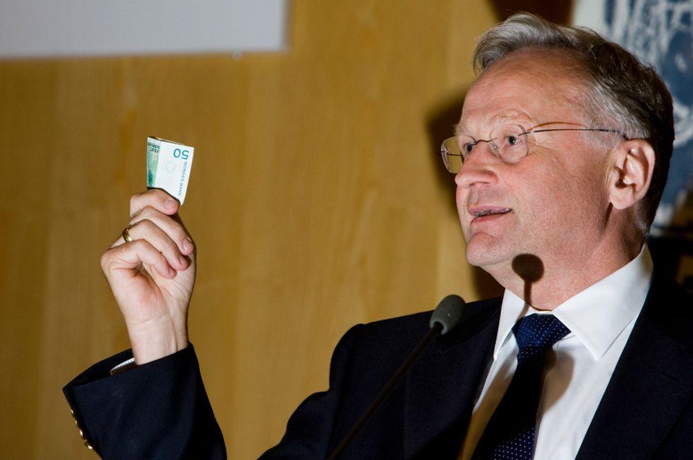 SVAK OPTIMIST: Sentralbanksjefen Svein Gjedrem tror på en oppgang. Han mener at dagens konjunkturnedgang er liten i forhold til hva  Norge hadde på begynnelsen av 1990 -årene. - Mottiltaken er omfattende enn vanlig, sier han.