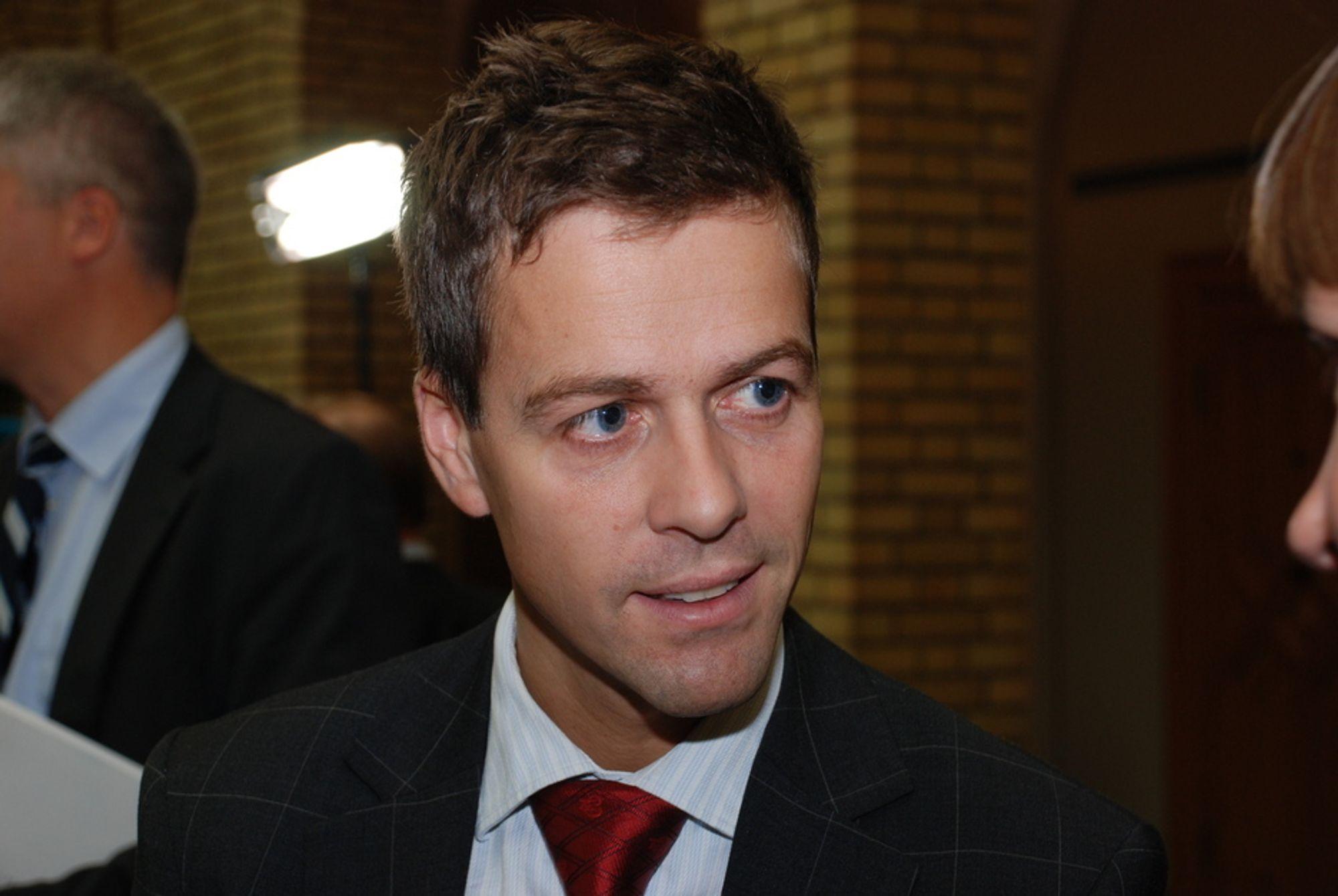 Knut Arild Hareide (KrF) leder Stortingets transport- og kommunikasjonskomité. Bilde tatt under fremlegging av statsbudsjettet 2009.