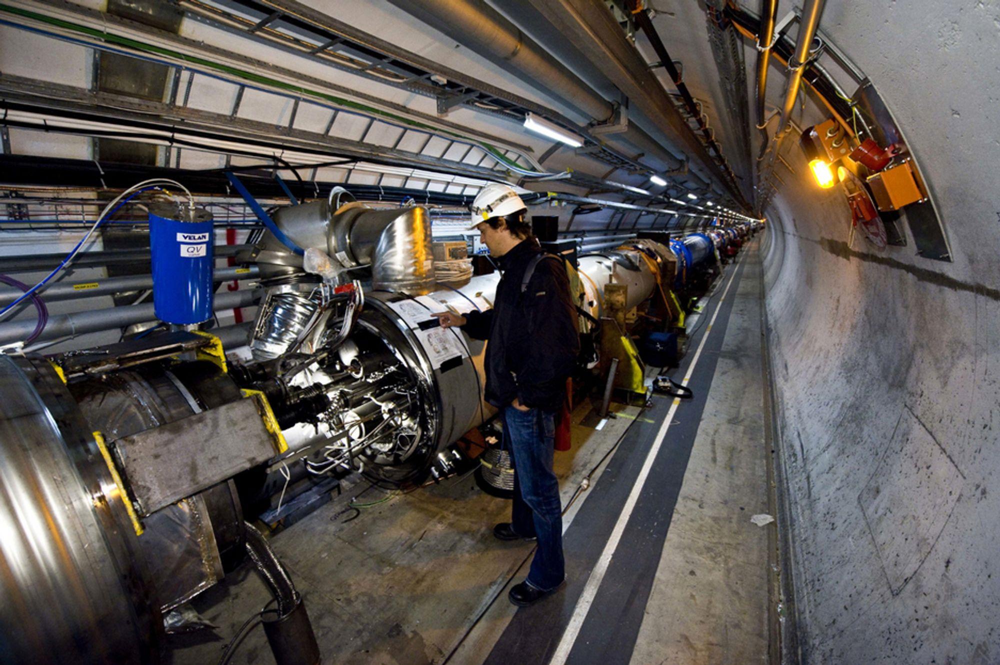 Gjenoppstarten av partikkelakseleratoren Large Hadron Collider er utsatt på ny  - denne gang til november.