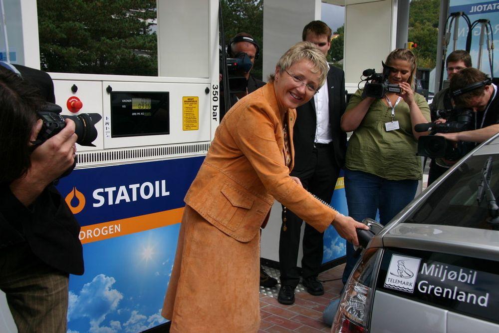 HYDROGENTANK: Samferdselsminister Liv Signe Navarsete fylte den første tanken med hydrogen etter den offisielle åpningen av stasjonen på Forus.