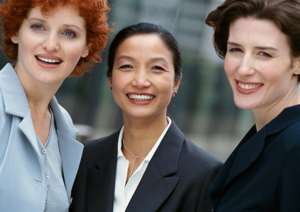 De kvinnelige lederne hadde størst grunn til å smile i fjor, med 15 prosent lønnsvekst. Men de ligger fortsatt 200.000 kroner bak sine mannlige kolleger i snittlønn.