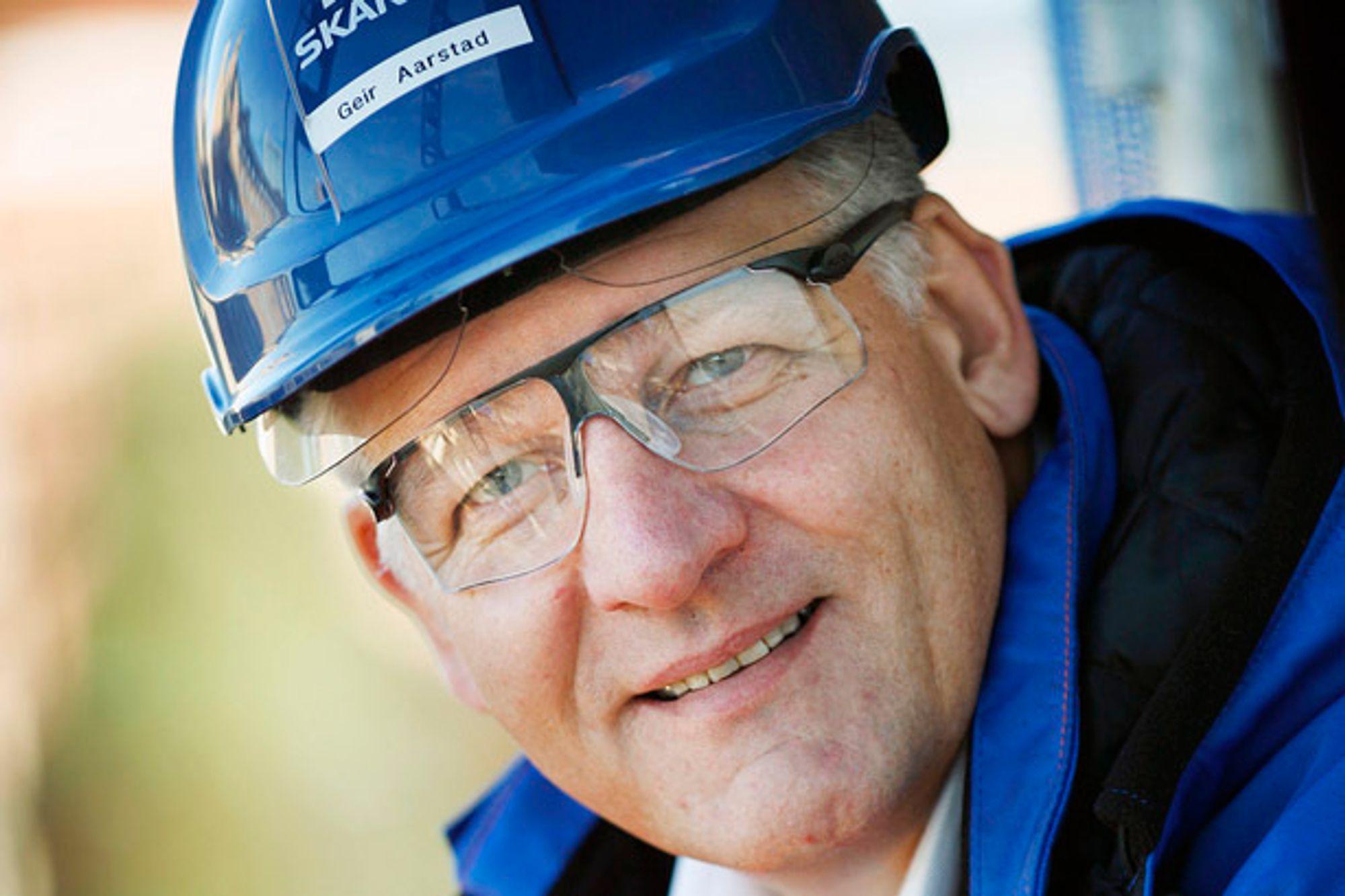 Avtroppende Skanska-sjef Geir Magne Aarstad mener entreprenøren bør ha ansvar for veiene i flere år.