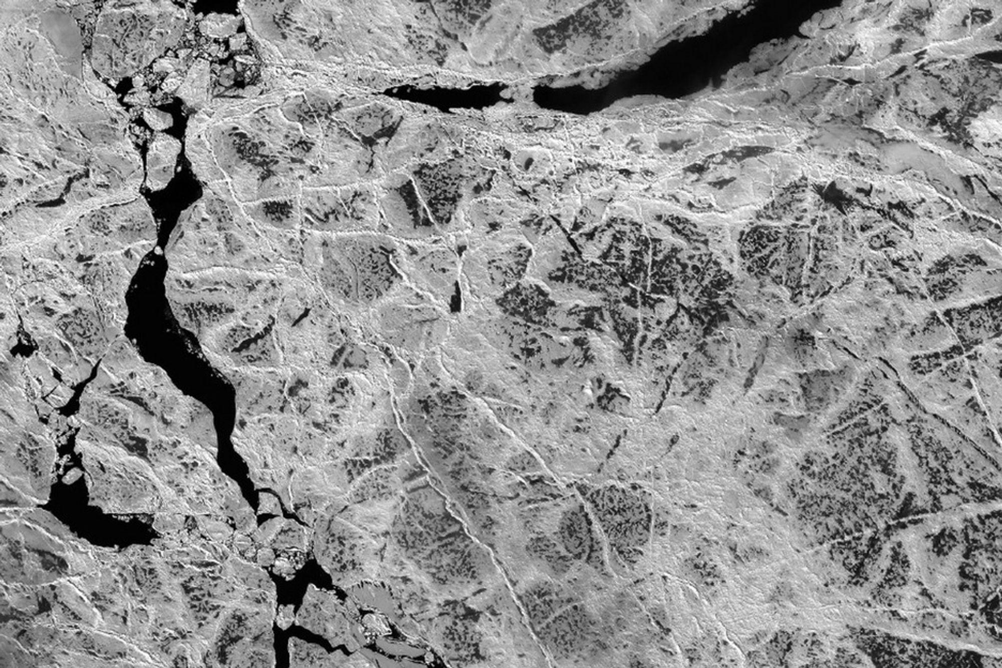 Amerikanske satellittfoto av Arktis slippes nå til offentligheten, blant annet for å hjelpe klimaforskere. Dette er fra det kanadiske Fram-stredet.