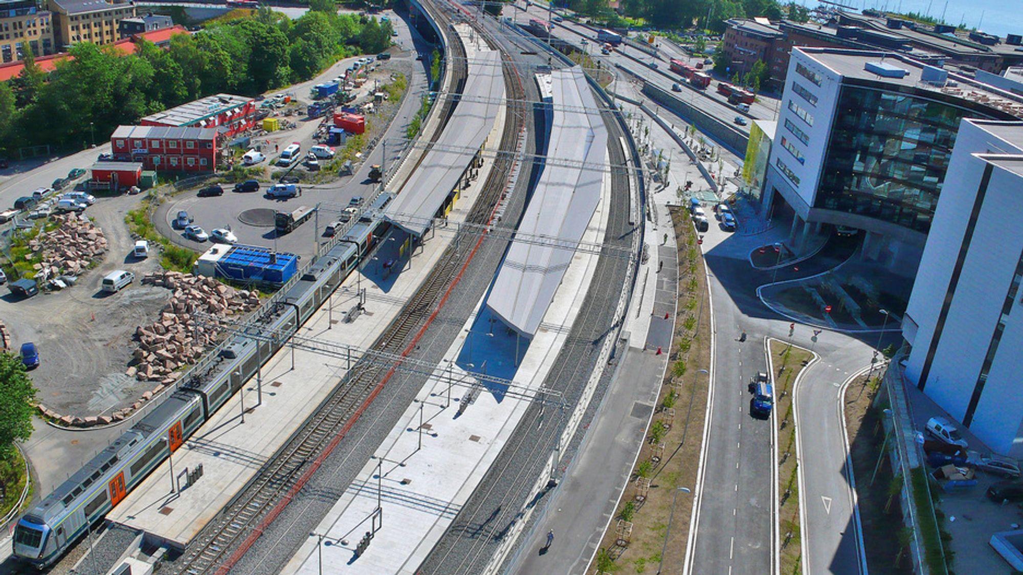 NYTT: De nye sporene ved Lysaker stasjon åpnes for trafikk fra og med mandag morgen. Da vil alle tog østover mot Oslo gå fra den nye plattformen til høyre i bildet.