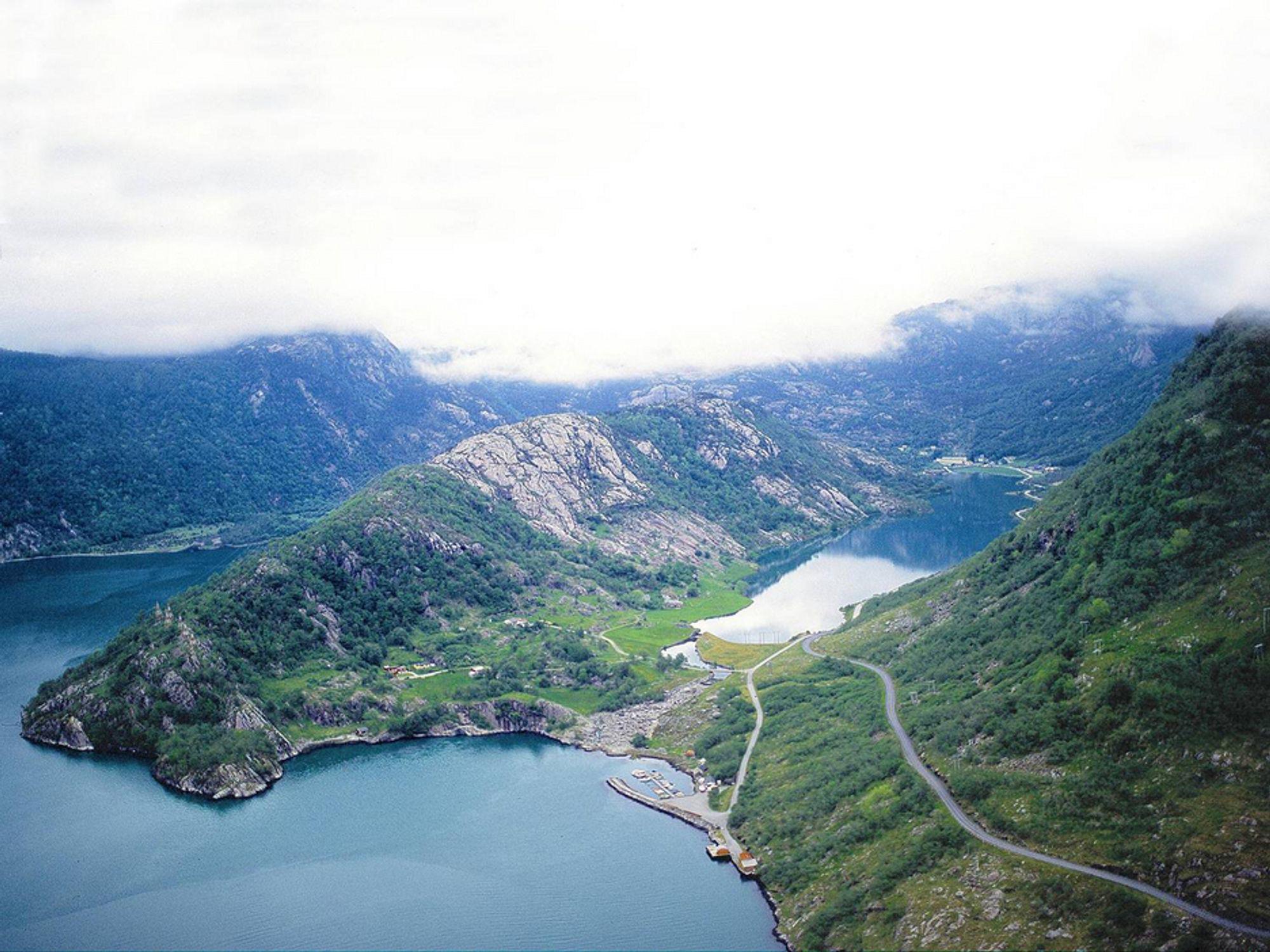 Blåfalli Vik ligger inne i fjellet til høyre for tippen i fjorden. Dette er en del av en større utbygging som er planlagt i Blådalsvassdraget.