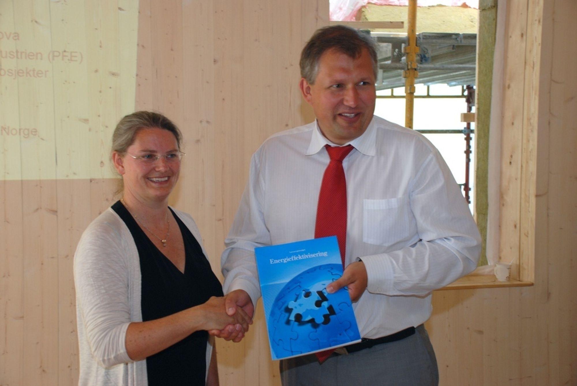 OVERREKKELSE: Terje Riis-Johansen lover å jobbe mer for energieffektivisering, og mener byggbransjen har langt igjen før de er flinke nok. Selv har han også en stor jobb å gjøre, medgir statsråden.