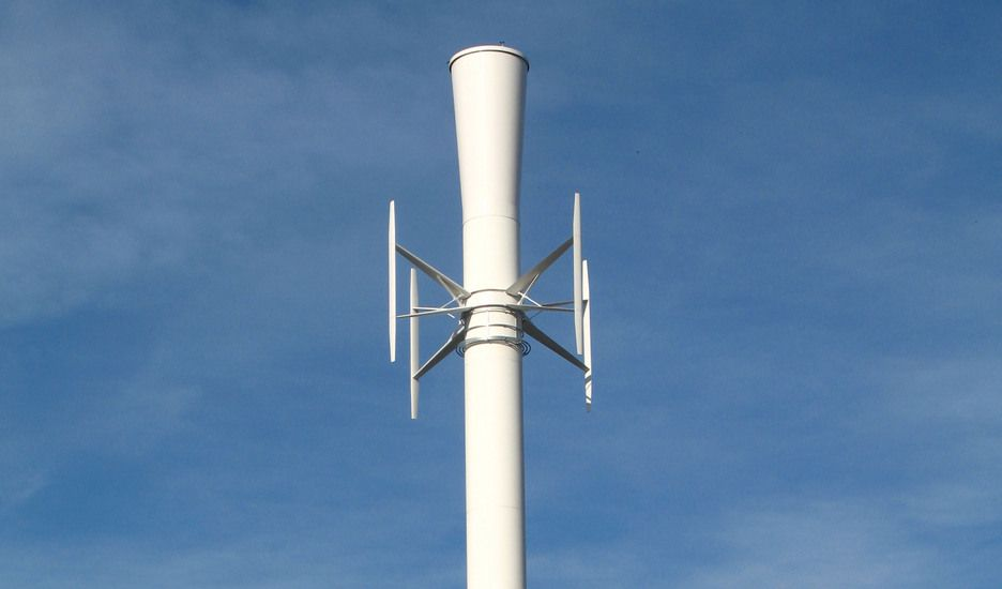 TESTMØLLE: Selskapet Vertical Wind utvikler vertikale vindmøller. Dette er Ericsson Tower Tube, et testprosjekt som kombinerer vindkraft og basestasjoner for mobiltelefoni. Nå skal selskapet bygge fire testmøller på 200 kW hver, med 10 millioner statlige kroner i ryggen.
