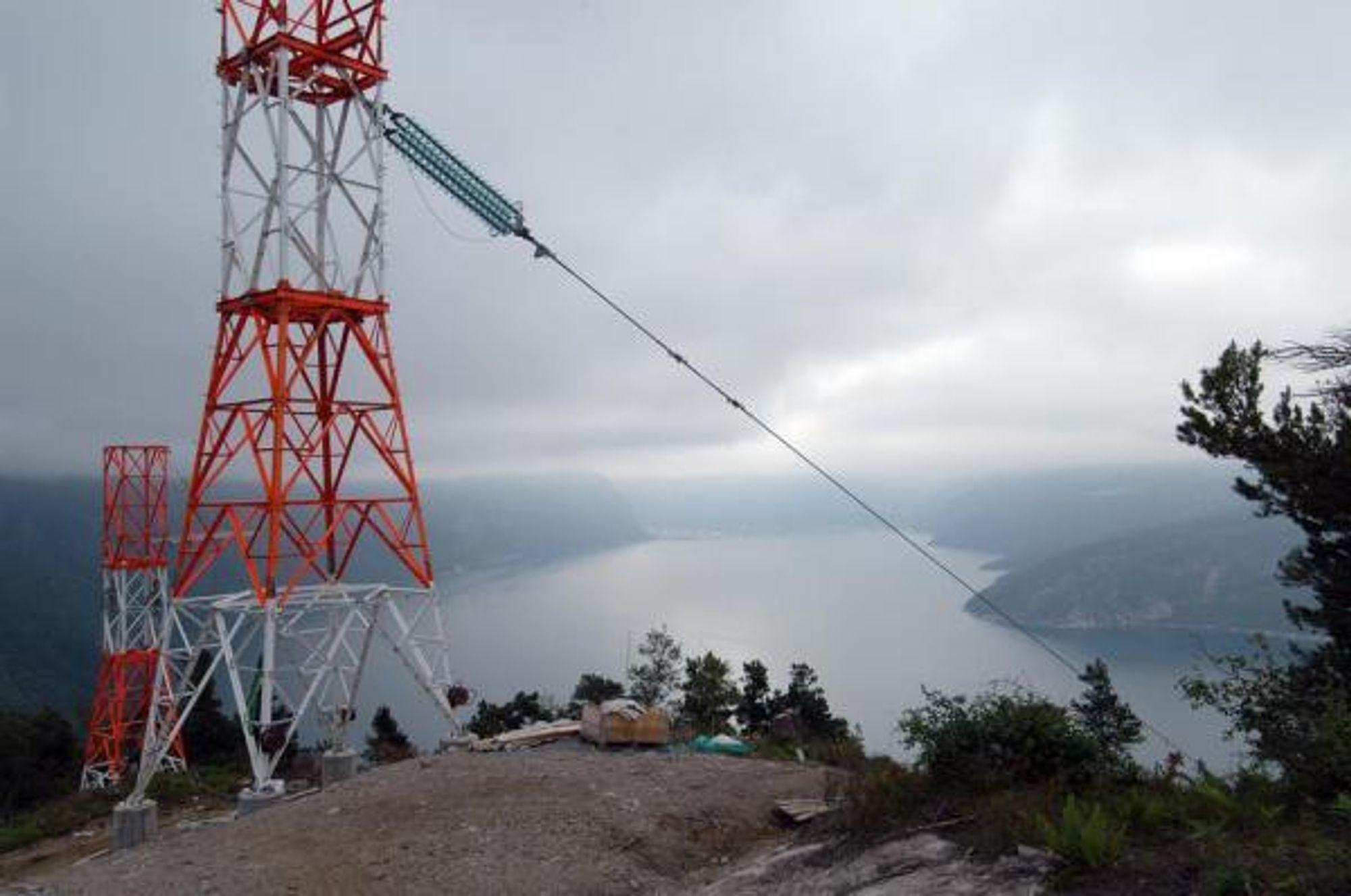 NY LINJE: Dette kraftspennet går over Sunndalsfjorden til koblingsanlegget på Viklandet hvor det skal bygges en ny 420 kV linje til Istad.