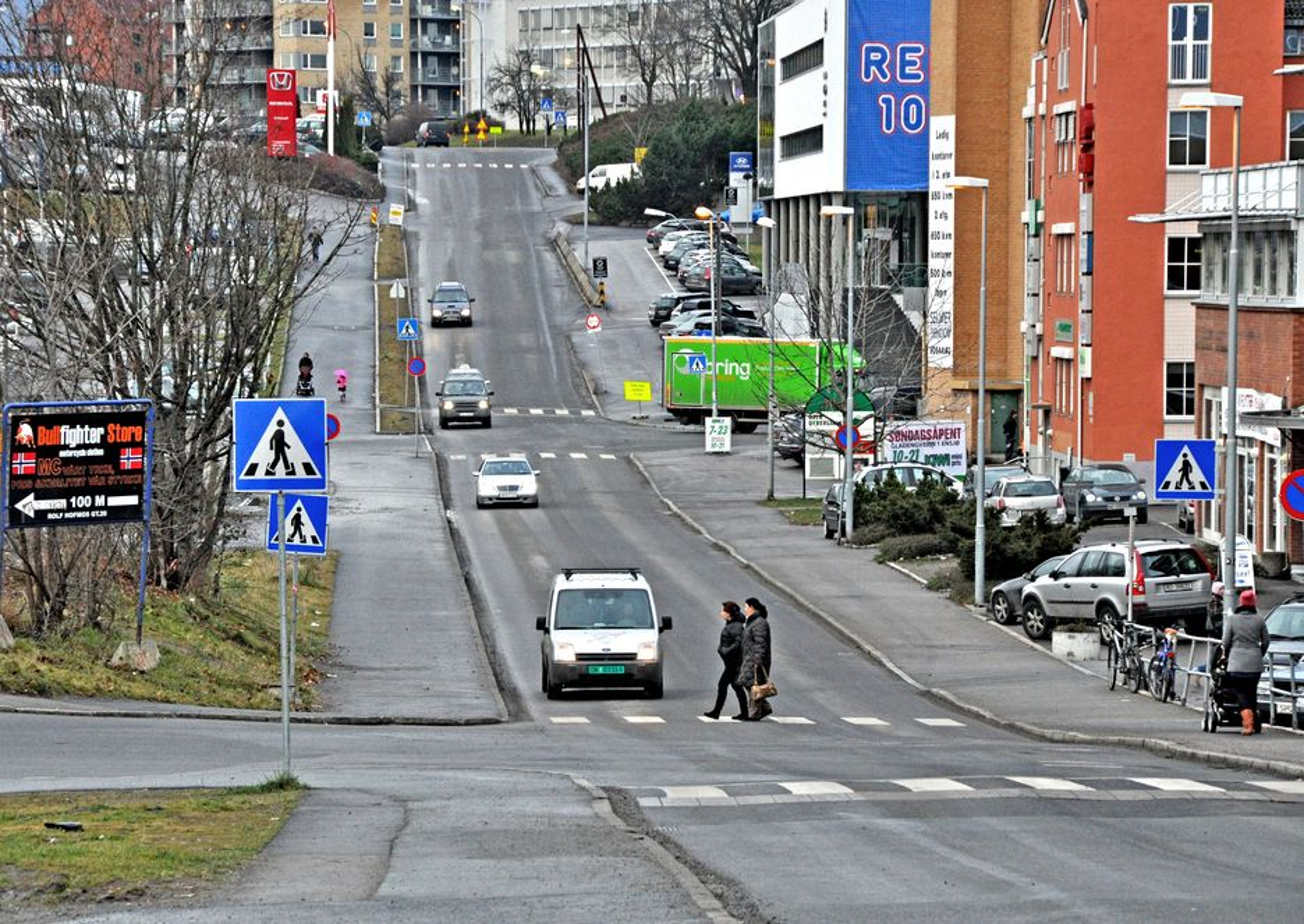 Rolf Hofmos gate tar av til venstre nederst på bildet. Johan H. Andresens vei tar av til høyre på bakketoppen i bakgrunnen. Mellom disse vegene får Ensjøveien en bredde som varierer mellom 14,5 og 17,2 meter.
