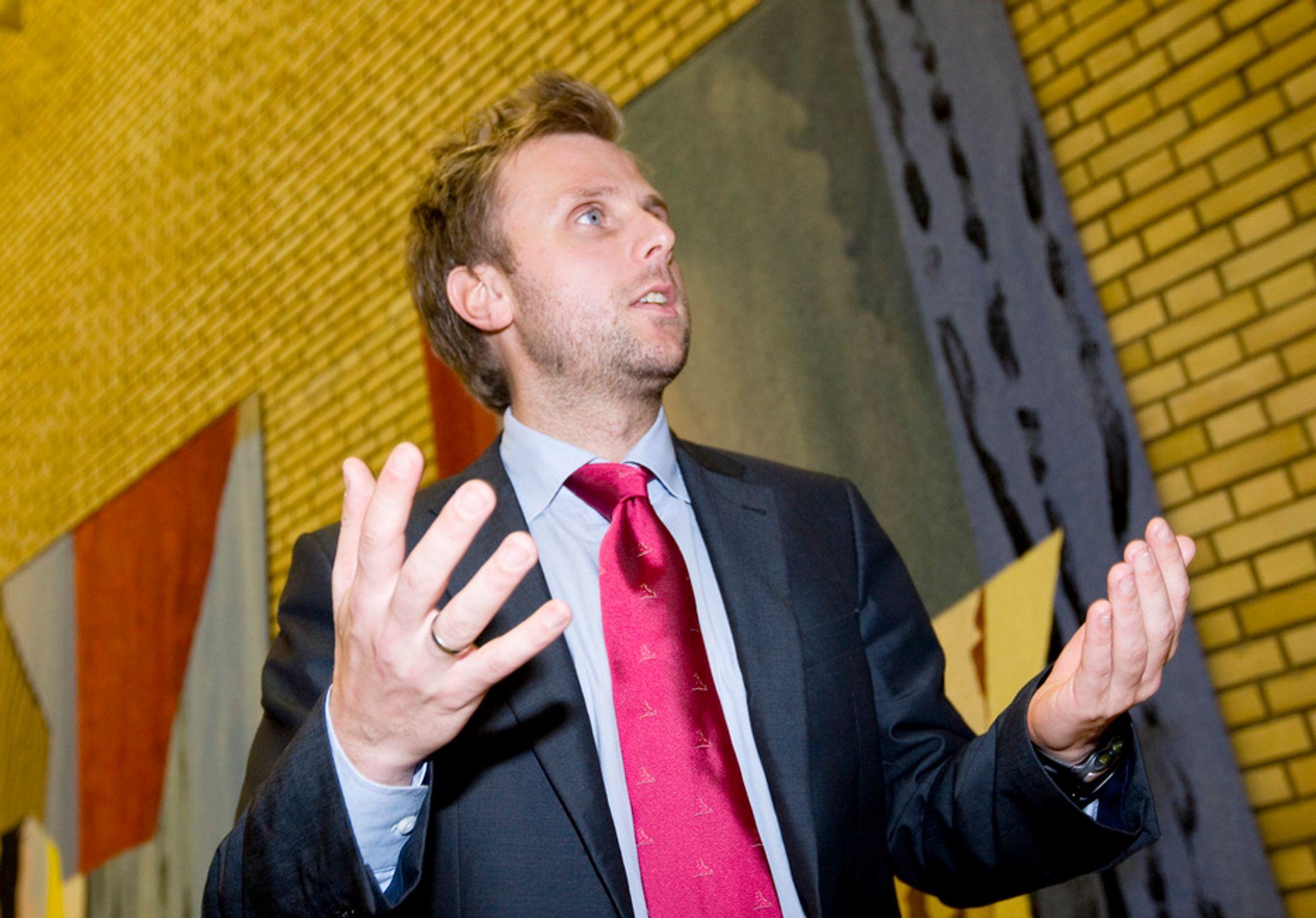 Finanskomitéens leder Torgeir Micaelsen (Ap) vil avgiftslegge andre biler hardere nå som det blir flere miljøbiler.