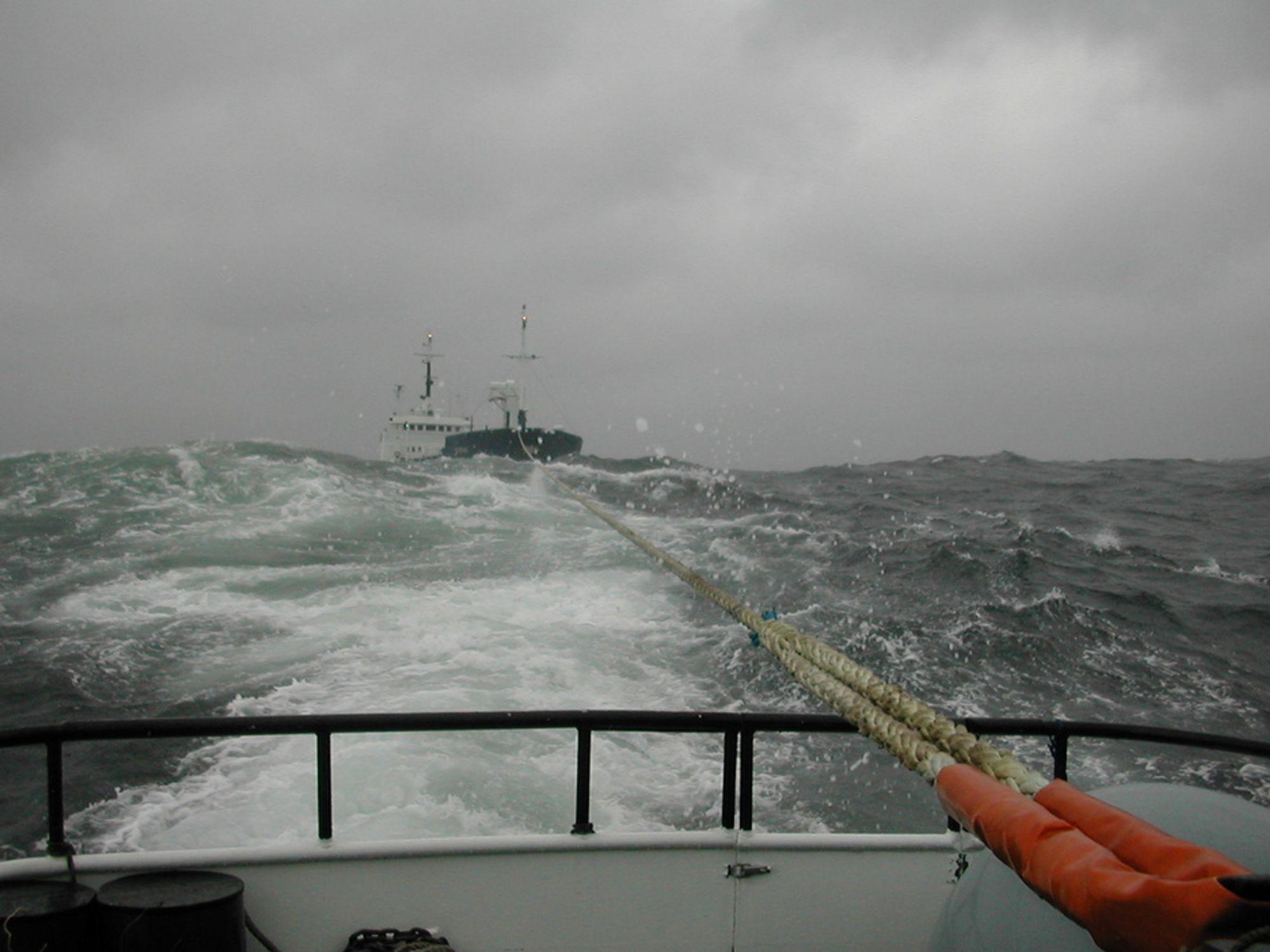 SLEPES: Lasteskipet Korni mistet motorkraft utenfor Lillesand for noen år siden. En sleper ble tatt om bord før skipet gikk på grunn.
