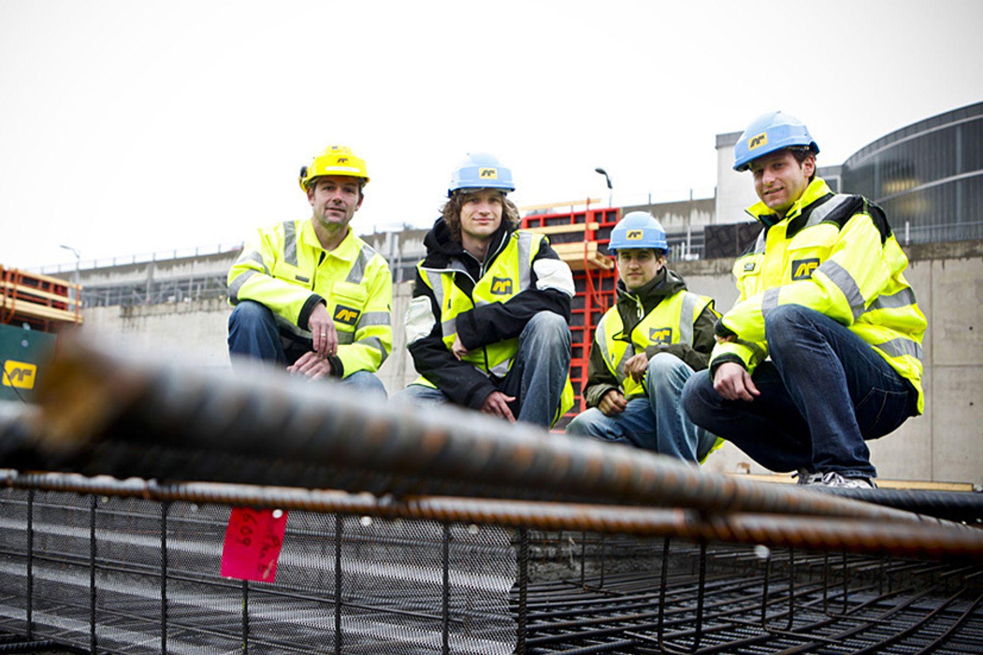 STUDERER ARMERING: Glenn Stigen i AF-gruppen (fra venstre) ser positivt på at studentene Torje Torgersen, Øystein Liborg og Ole Fredrik Kleivene interesserer seg for å optimalisere bruken av armeringsjern.