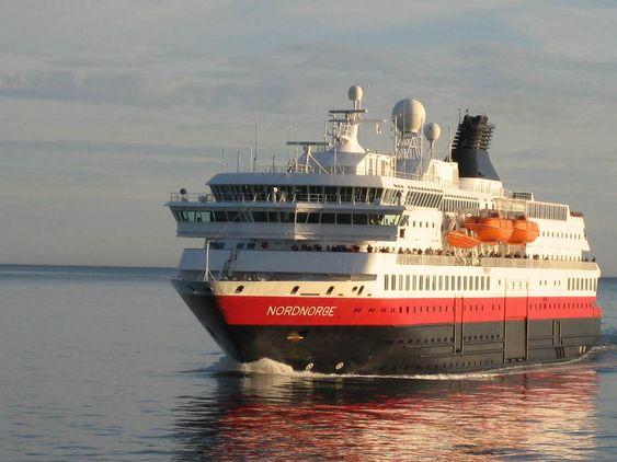 Hurtigruteskipet Nordnorge møter søsterskipet Vesterålen utenfor Lofotkysten.