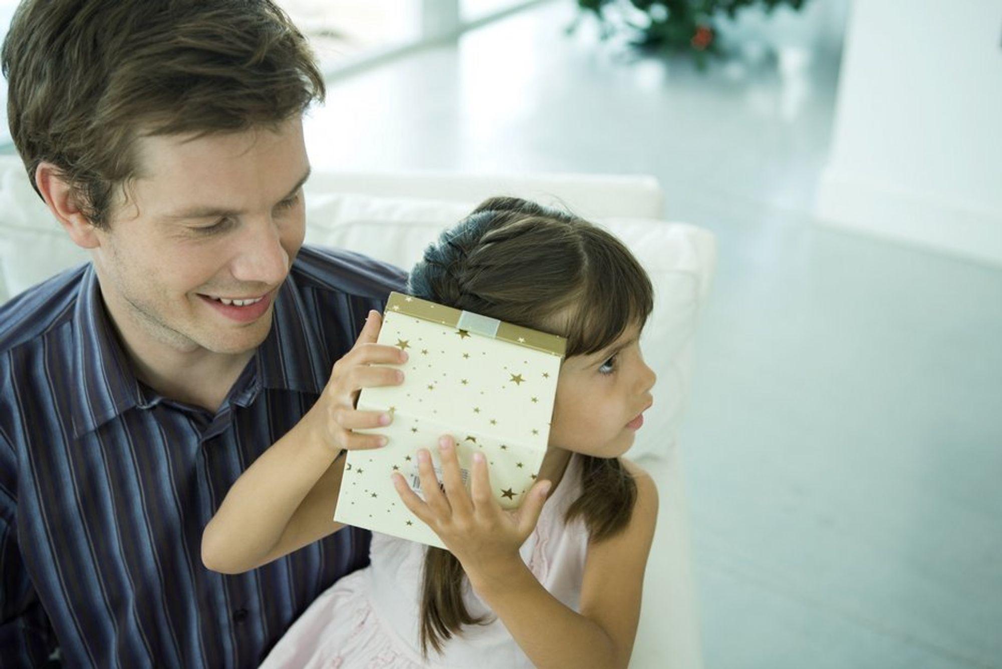 Pappa. Far. Pappaperm. Småbarnsfar. Permisjon. Svangerskapspermisjon. Likestilling. Enslige fedre.