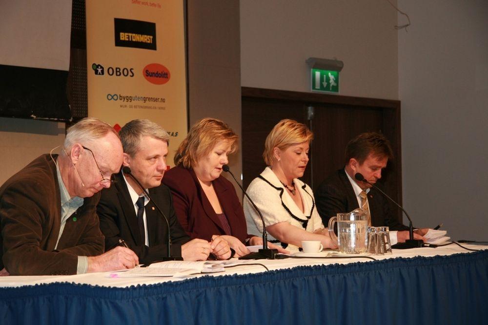 UENIGE: Stortingsrepresentanten Per Olaf Lundteigne, Dagfinn Høybråten, Erna Solberg, Siv Jensen og Tore Hagebakken, fra venstre mot høyre, var engie om at vi har et etterslep, men ellers ikke velidg enige.