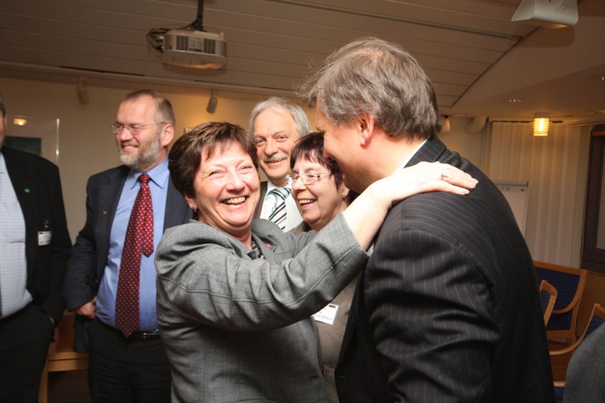 Klem: Torny Pedersen (Ap) fra Nordlandsbenken ga klart uttrykk for sin begeistring over at energiminister Terje Riis-Johansen spytter inn penger til ny strømkabel på Træna. Kommunens ordfører Aina Willumsen i midten.