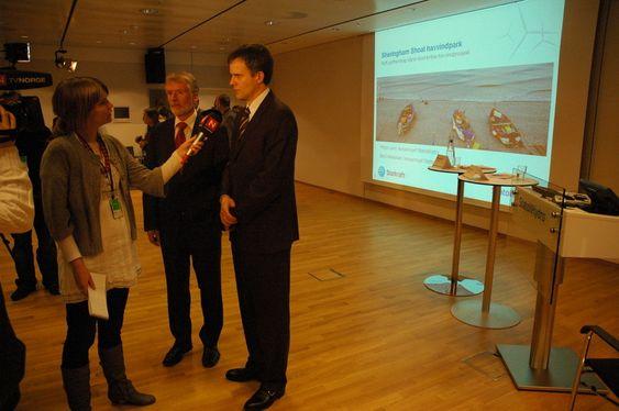 Helge Lund forteller om Sheringham Shoal på en pressekonferanse på Vækerø 1. april 2009, sammen med Statkraft-sjef Bård Mikkelsen.