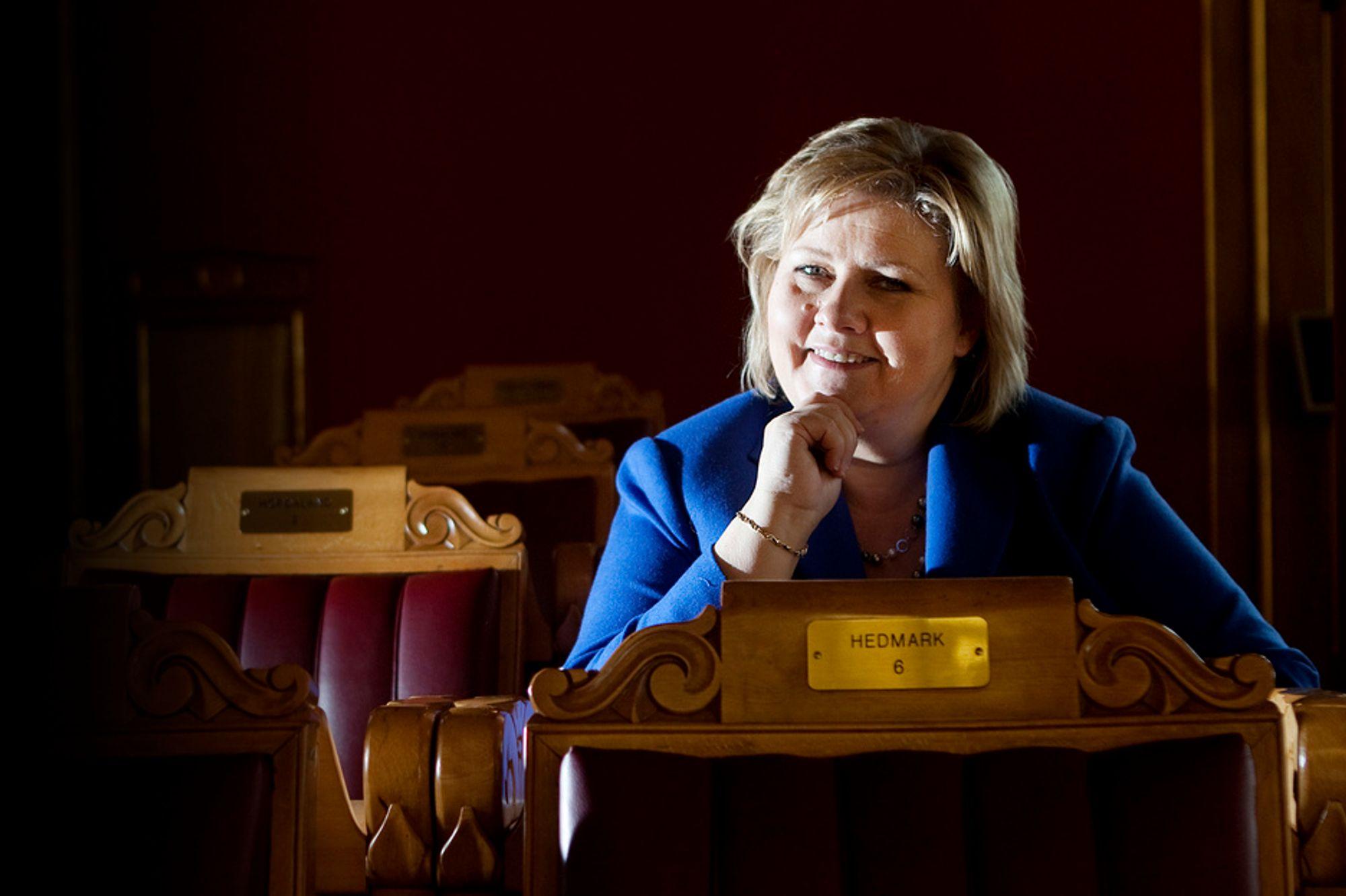 Dagens regjering er for opptatt av å posere i mediene, mener Høyre-leder Erna Solberg.