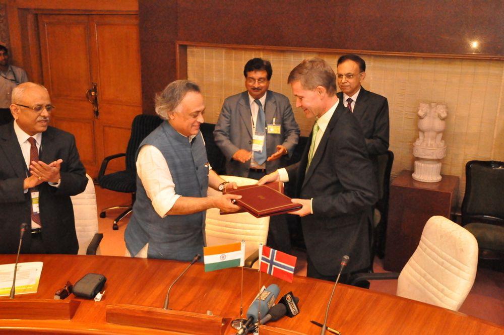 AVTALE: Optimisme preger Indias miljøvernminister Jairam Ramesh og Erik Solheim etter at avtale om implementering av miljøteknologi ble inngått under en internasjonal klimakonferanse i Delhi, India.