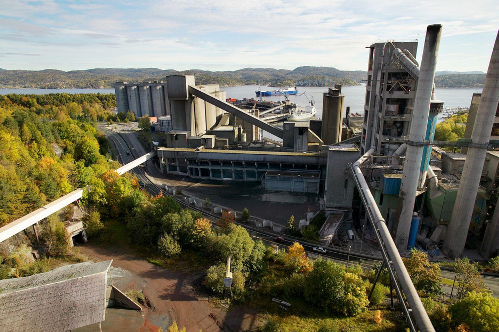 TESTER MER: Alstom vil teste to CO2-fangstteknologier ved Norcems sementfabrikk i Brevik. Fra før er også Aker Clean Carbon involvert. I høst avgjør Norcem om testsenteret blir bygget.