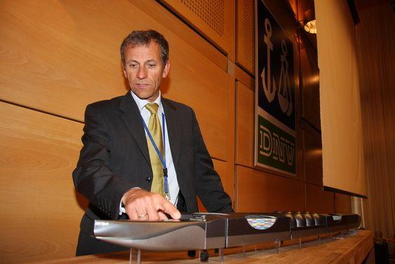 FRAMTID: Regionsjef Jon Rysst i DNV med modellen av den 2 km lange AMV Njord. - Noe av dette kan bli en realitet - det er 41 år til 2050, sier han.