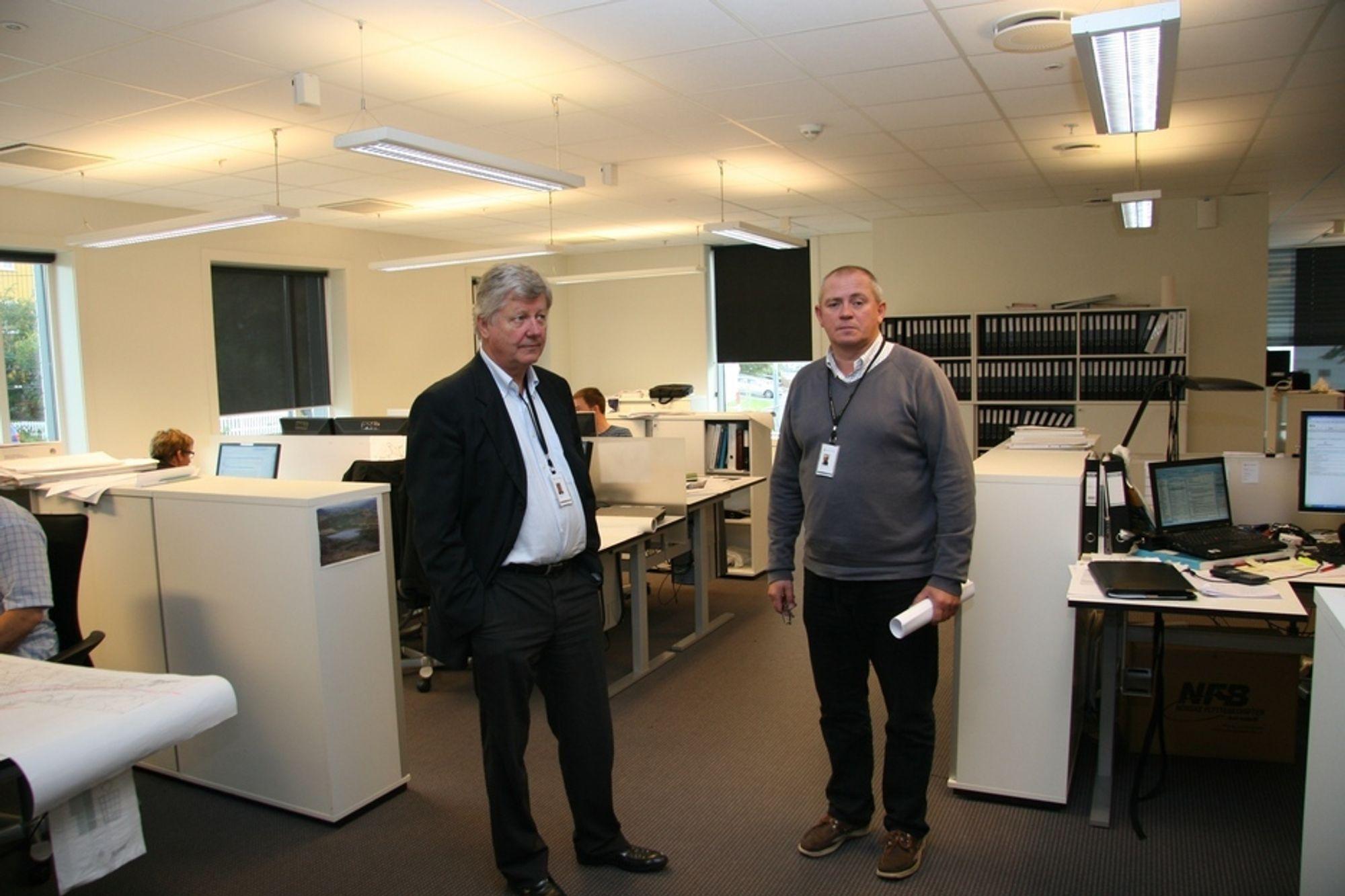 Sikkerhetssjef Tore Gunnar Karlsen (t.h.) i Multiconsult sammen med konsernsjef Håkon Sannum i rommet hvor de bærbare PC-ene ble hentet ut.