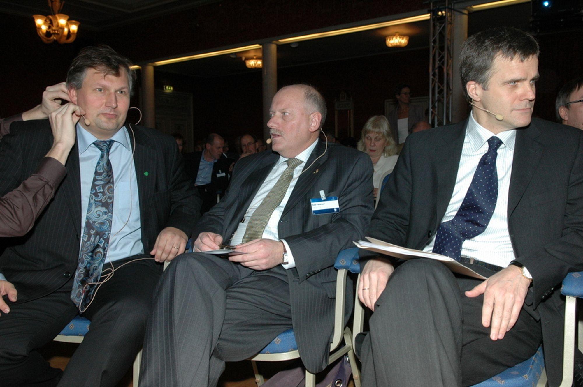 MØTES: Oljetoppene Terje Riis-Johansen (f.v), Kjell Pedersen i Petoro og konsernsjef Helge Lund i StatoilHydro får god til å samtale under Sandefjordskonferansen.