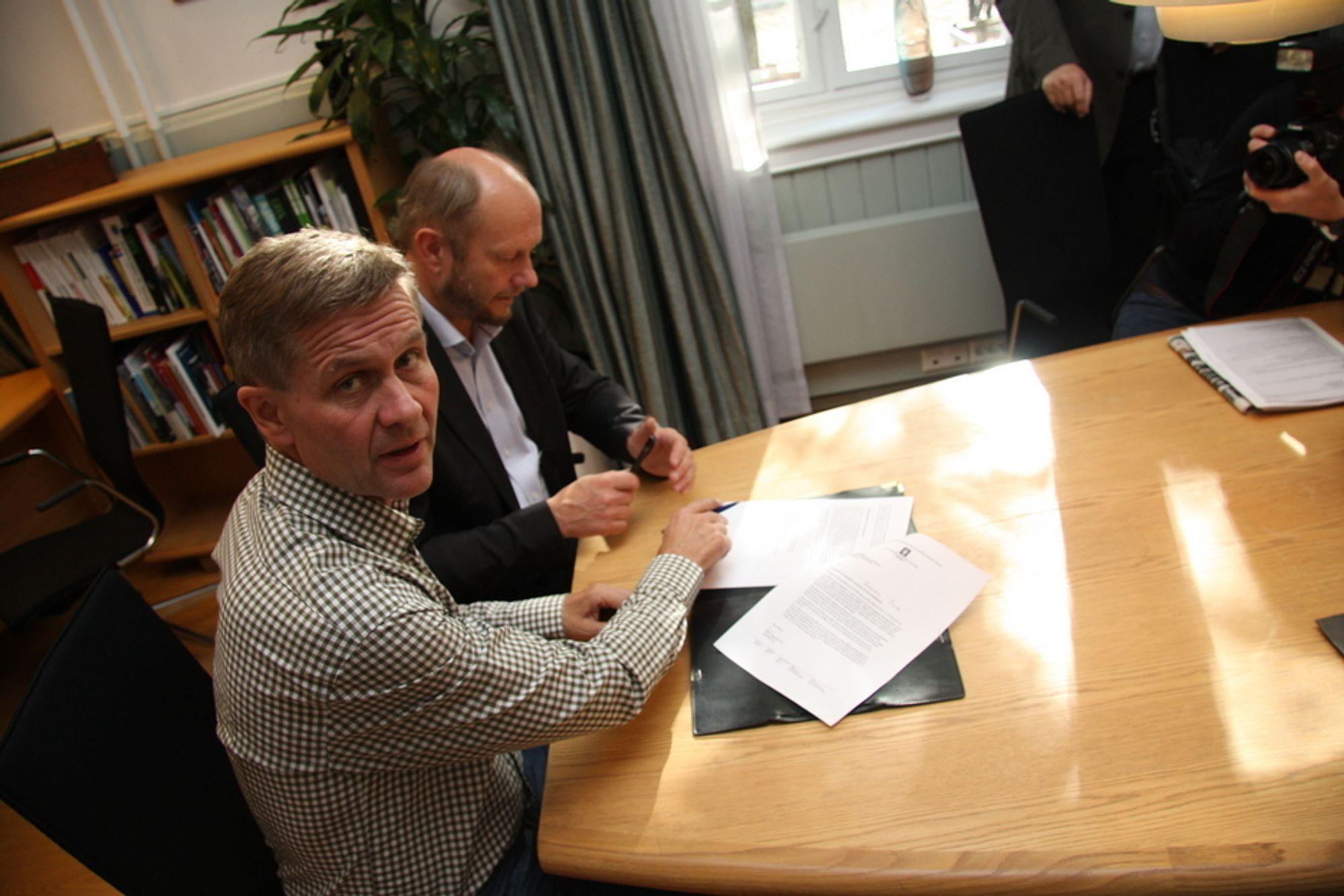 Miljøvernminister Erik Solheim og Stein Lier Hansen fra Norsk Industri signerer avtale om utslippskutt i prosessindustrien.