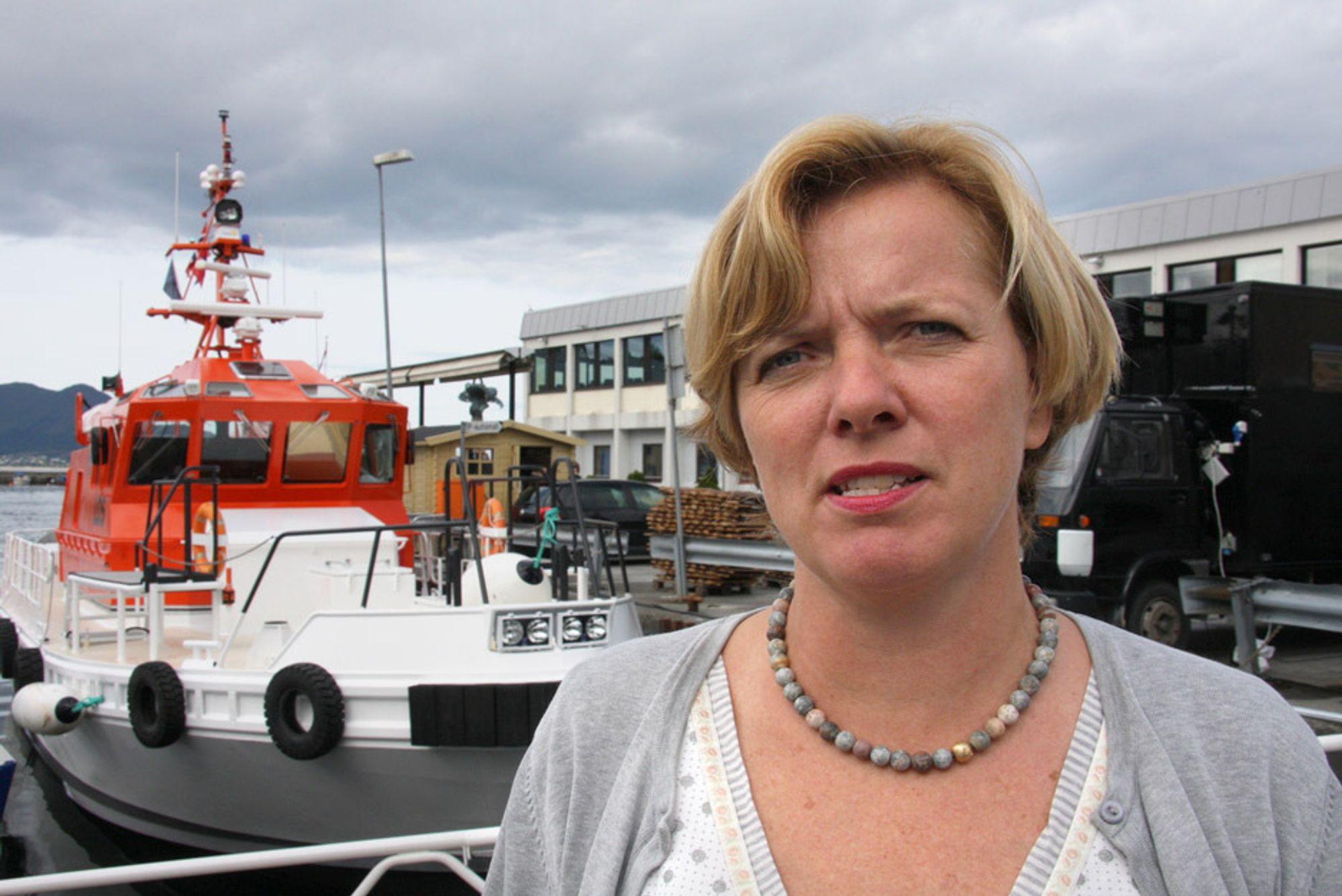 Kystdirektør Kirsti Slotsvik frykter utslipp fra de store oljetankerne.