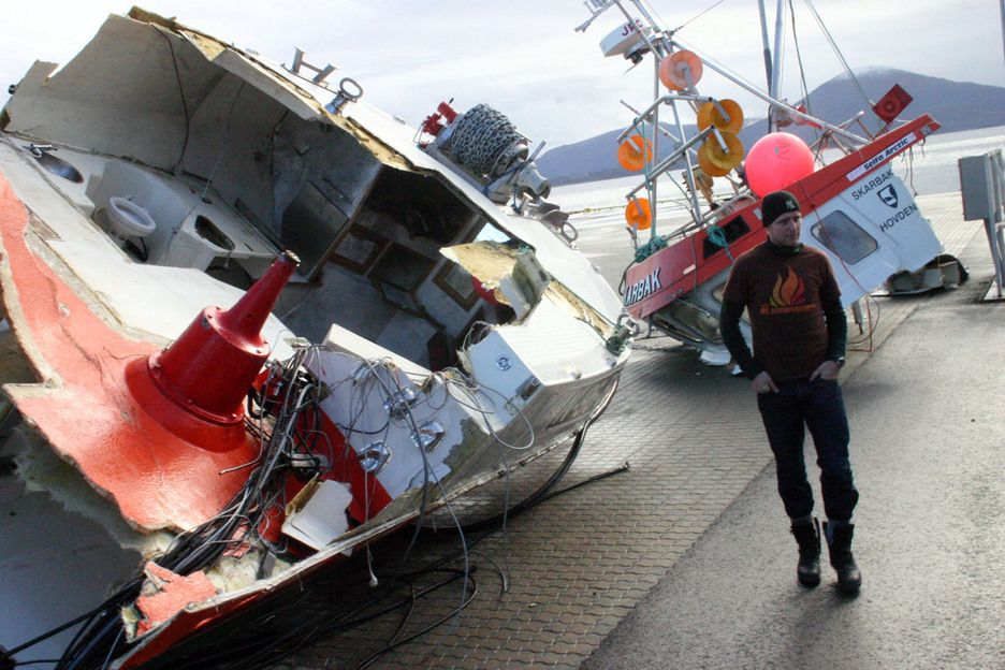 """HARØYSUND 2007: En ansatt på IPS-terminalen i Harøysund studerer restene av sjarken """"Skarbak"""" som kolliderte med tankeren """"Doris"""" utenfor Bud i Romsdal."""