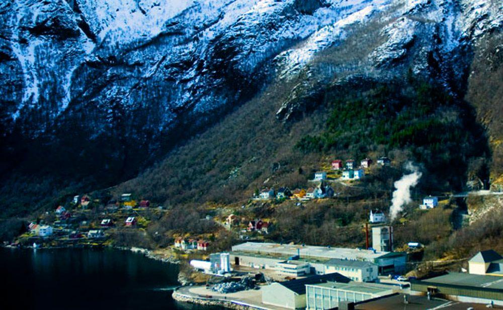 Eras Metal i Høyanger ble torsdag stengt på dagen. De har sluppet ut over 50 ganger så mye kvikksølv som de har lov til.