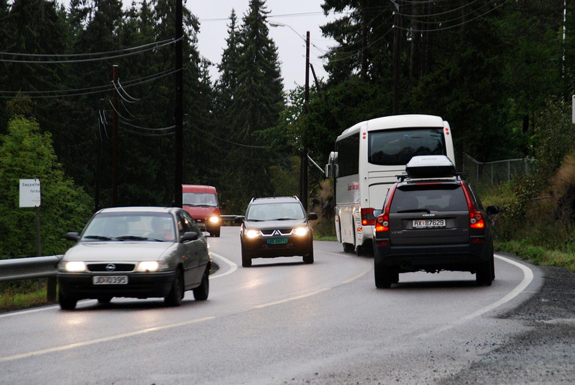 - Vi etterlyser en bred gjennomgang av standarden på norske veier, sier Håkon Glomsaker i NAF. Illustrasjonsfoto fra E16 over Sollihøgda i Bærum.
