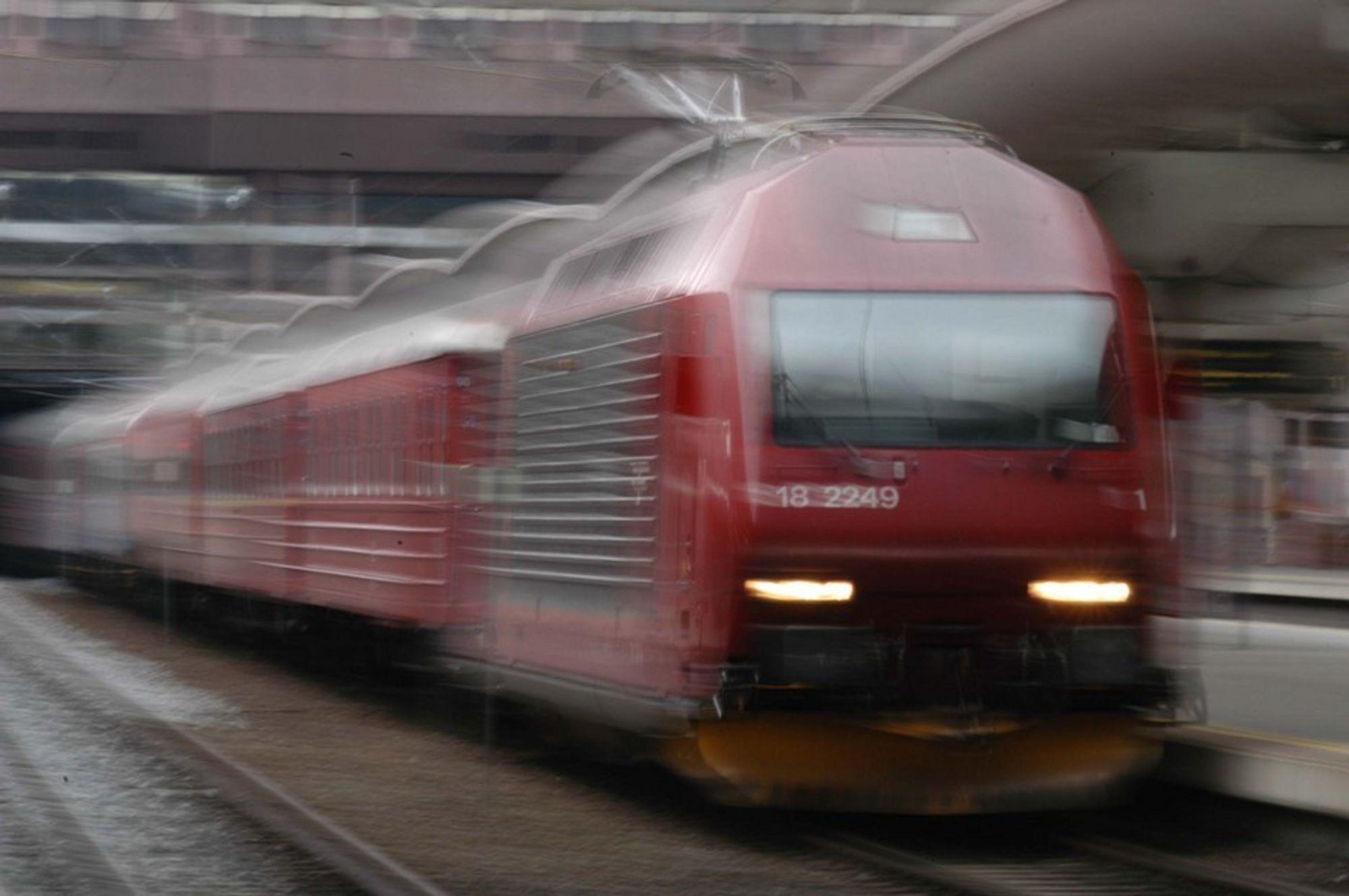 FINNER IKKE FEILEN: Noe hindrer togtrafikken mellom Oslo og Stavanger, men Jernbaneverket vet foreløpig ikke hva det er.