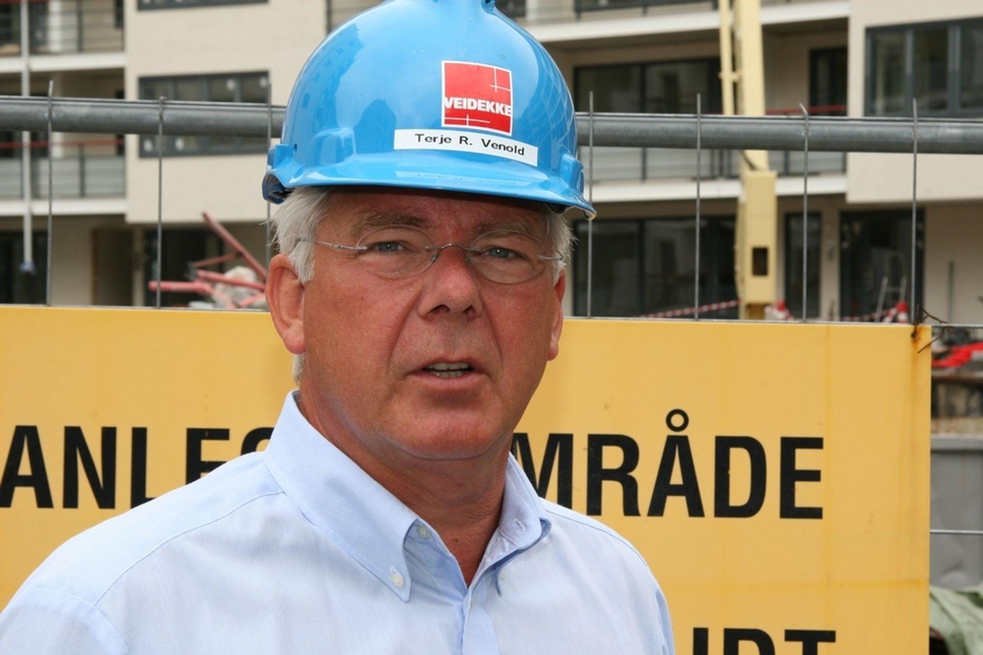 Veidekke-sjef Terje Venold må hanskes med et sykefravær på 5,9 prosent i Norge. For Veidekke i Danmark er fraværet bare på 2,2 prosent.