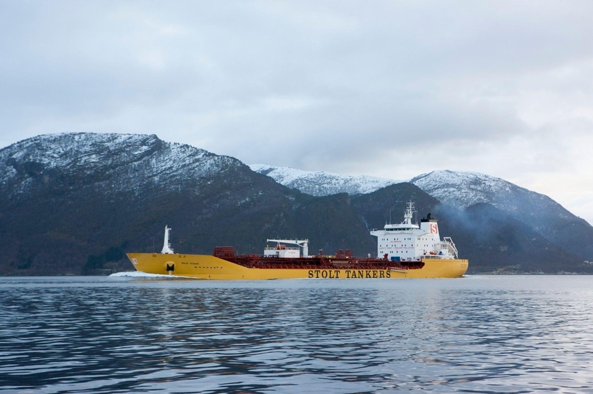 PRØVETUR: Stolt Island på prøvetur i Sognefjorden tidligere i år. Denne uka ble skipet overlevert Stolt Tankers, to dager før tiden.