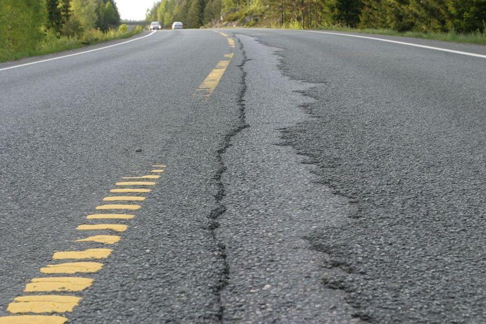 VIL SKJERPE KRAVENE: Opplysningsrådet for Veitrafikken vil ha strenger krav til spordybde på veier med høy trafikk - fra 25mm til 15 mm.