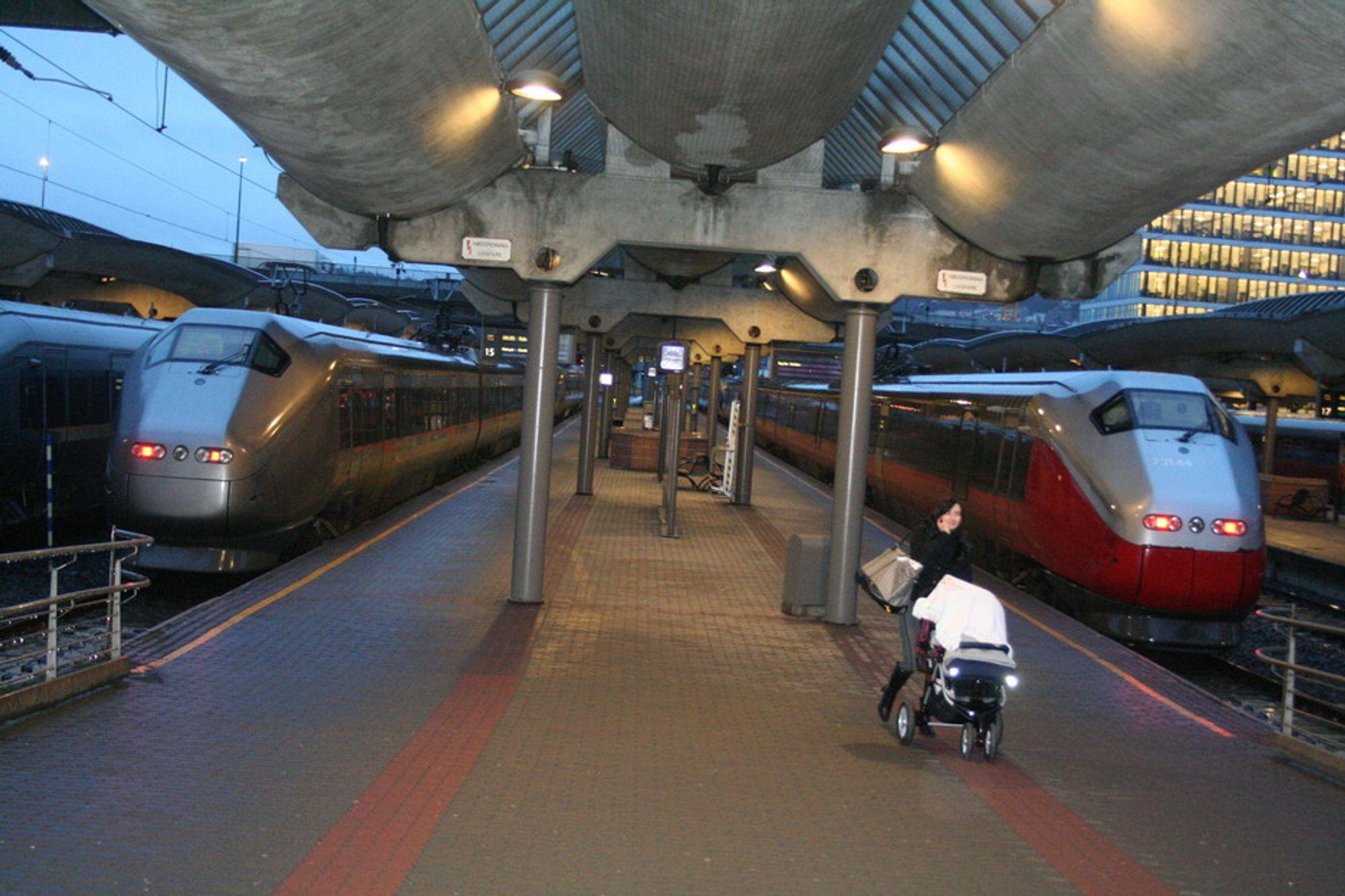 BEDRE: Jernbaneverket opplever færre feil og mer fart i togtrafikken.