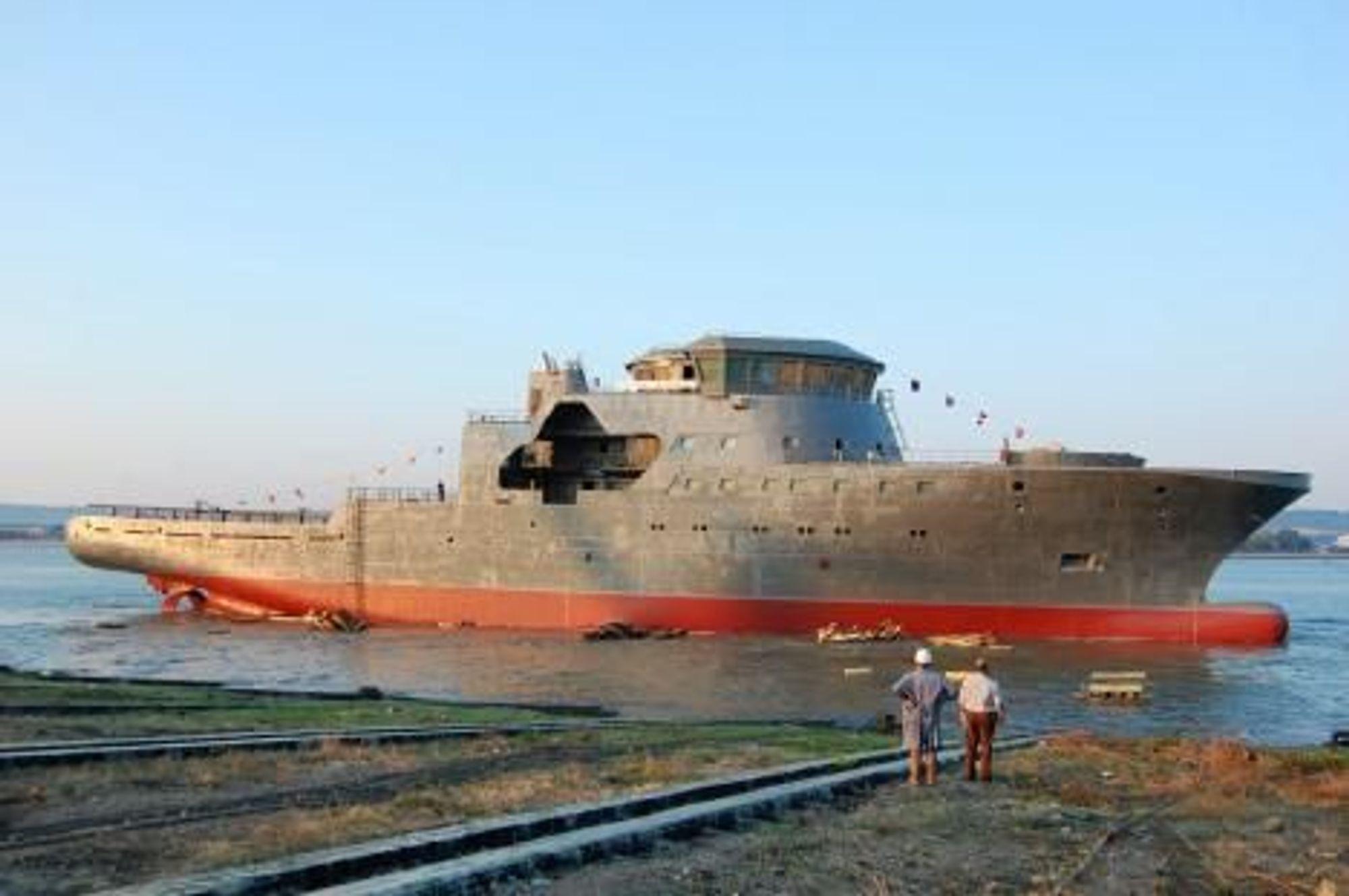 ØSTBLOKK: Skroget til KV Barentshav ble bygget i Romania i fjor og slept til Norge for ferdigbygging ved Myklebust Verft.