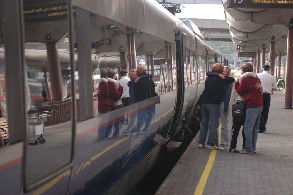 Norges jernbaner frakter passasjene mellom de fire største byene med en snittfart på 75 km/t. I Frankrike er  snittfarten 227 km/t.