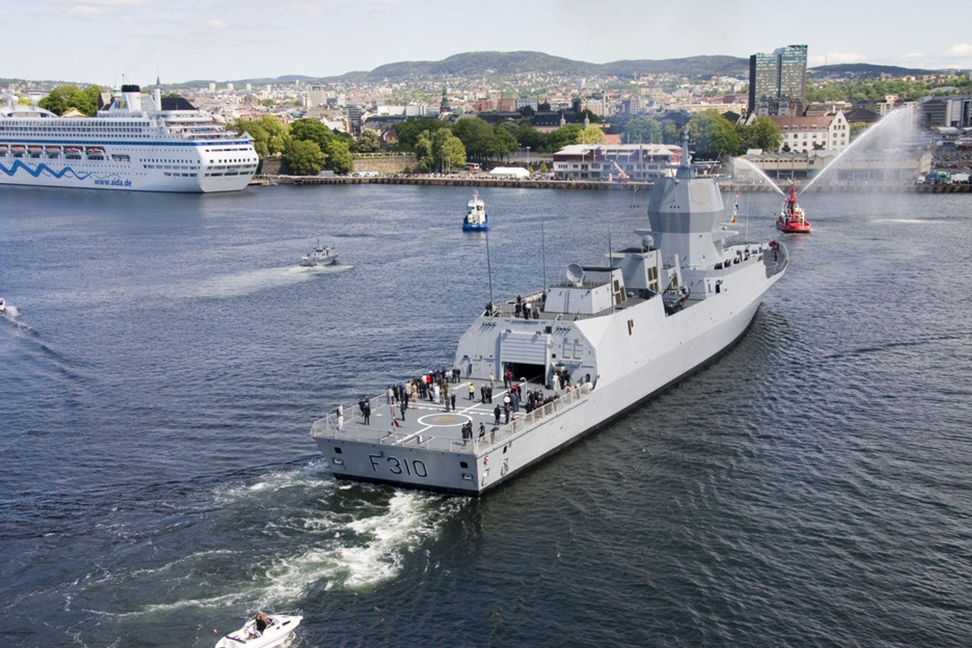 KRISE: Fregattvåpenet er kronisk underbemannet, mener forsvarsanalytiker Jacob Børresen. Her KNM Fridtjof Nansen på besøk i Oslo havn i 2006.