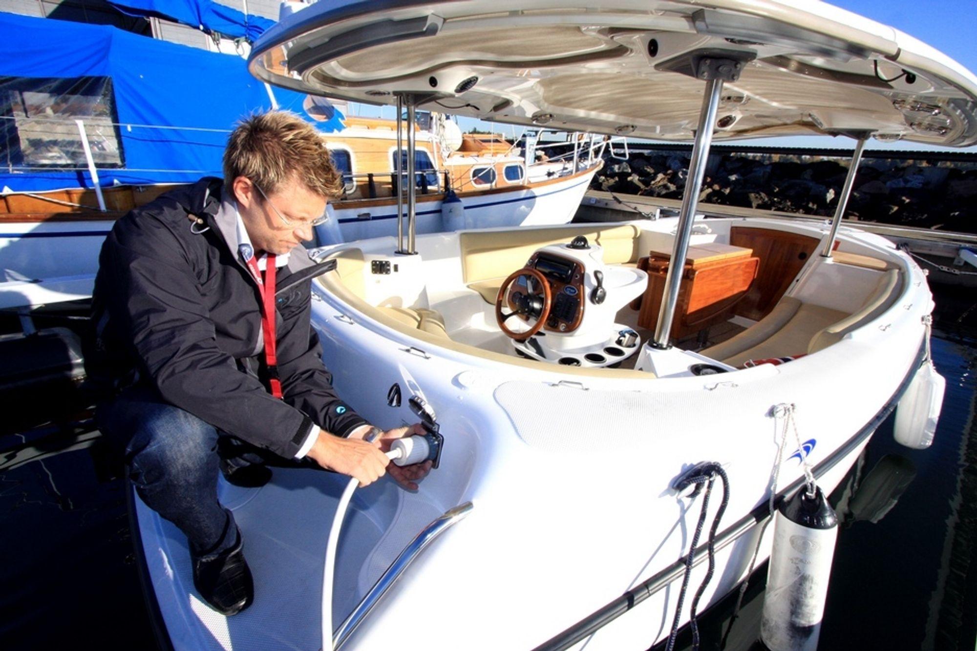 ELBÅT: Det tar sju timer å fullade batteriene på den elektriske Lear-båten (fire timer til 80 prosent).  - Det holder til ti timers drift i fem knop, lover Jonas Broman Olsson.