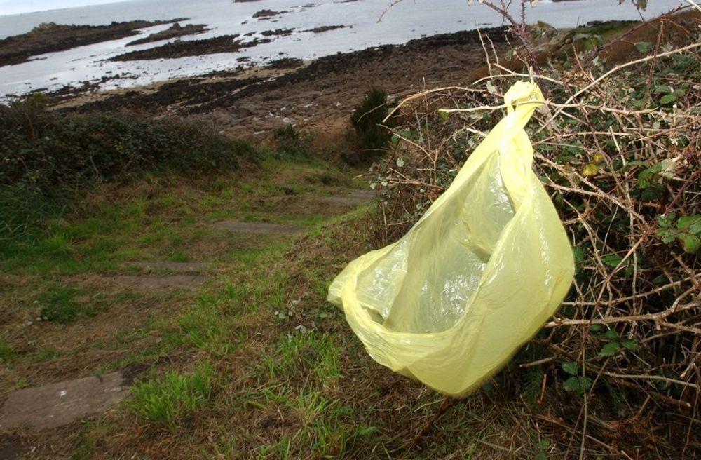 FULL STOPP: Innbyggerne på Svalbard vil ha slutt på plastposer som forurenser naturen.