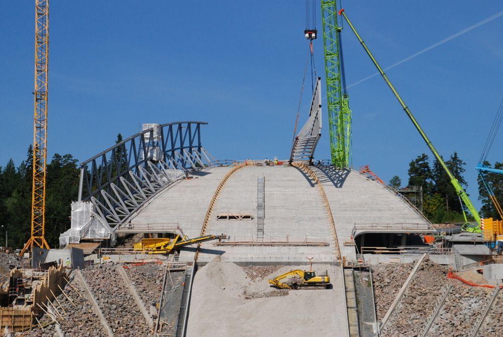 FULL FART: Byggearbeidene pågår for fullt i Holmenkollen. Entreprenørene har kontroll på fremdriften, men Oslo kommune har ikke kontroll på kostnadene.