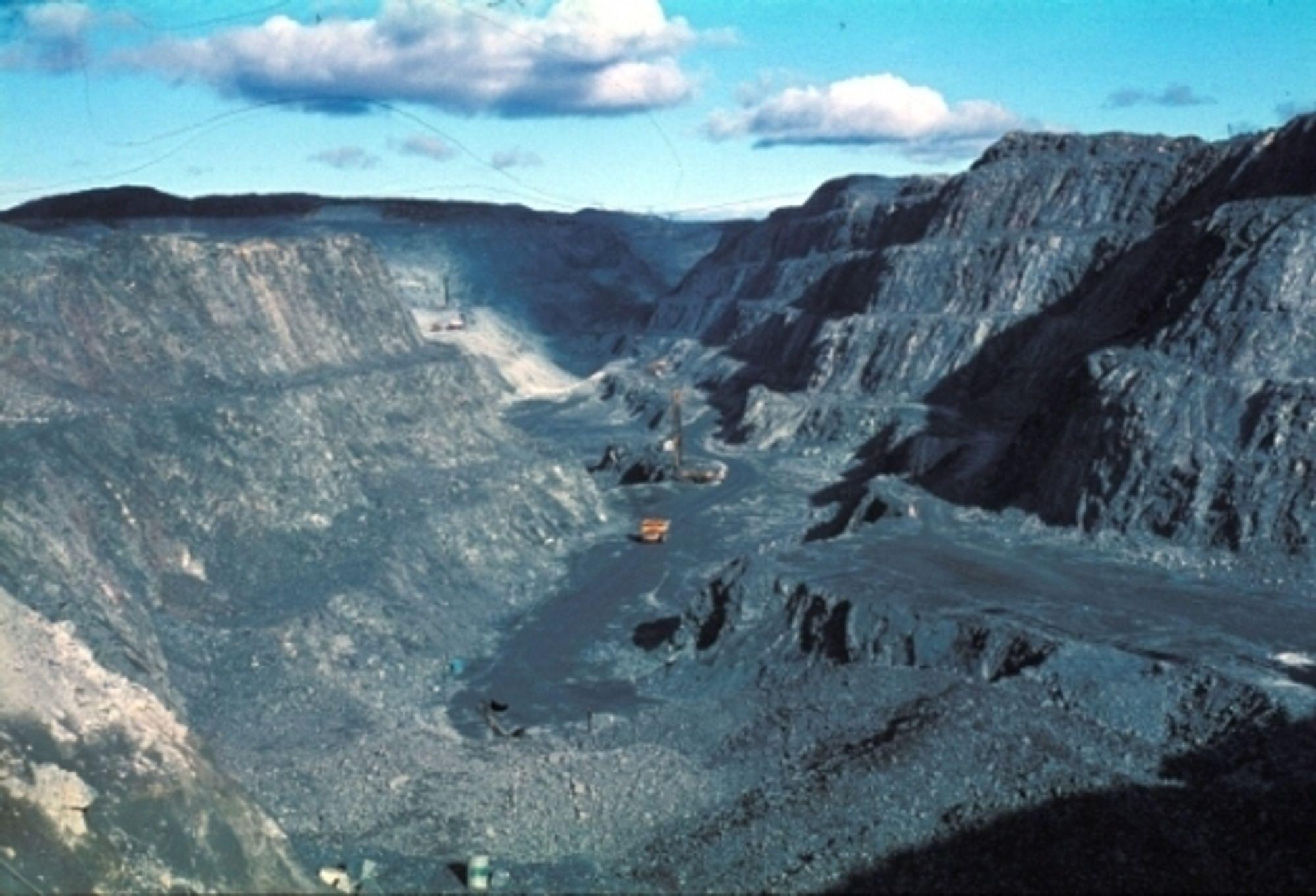 FÅR NYTT LIV: Jernproduksjonen i Sydvaranger pågikk i nesten hundre år, før malmgruvene ble stengt på midten av nittitallet. Neste år får gruvene nytt liv igjen. Her er dagbruddet ved Bjørnevatn ved Kirkenes, som nå er nedlagt.