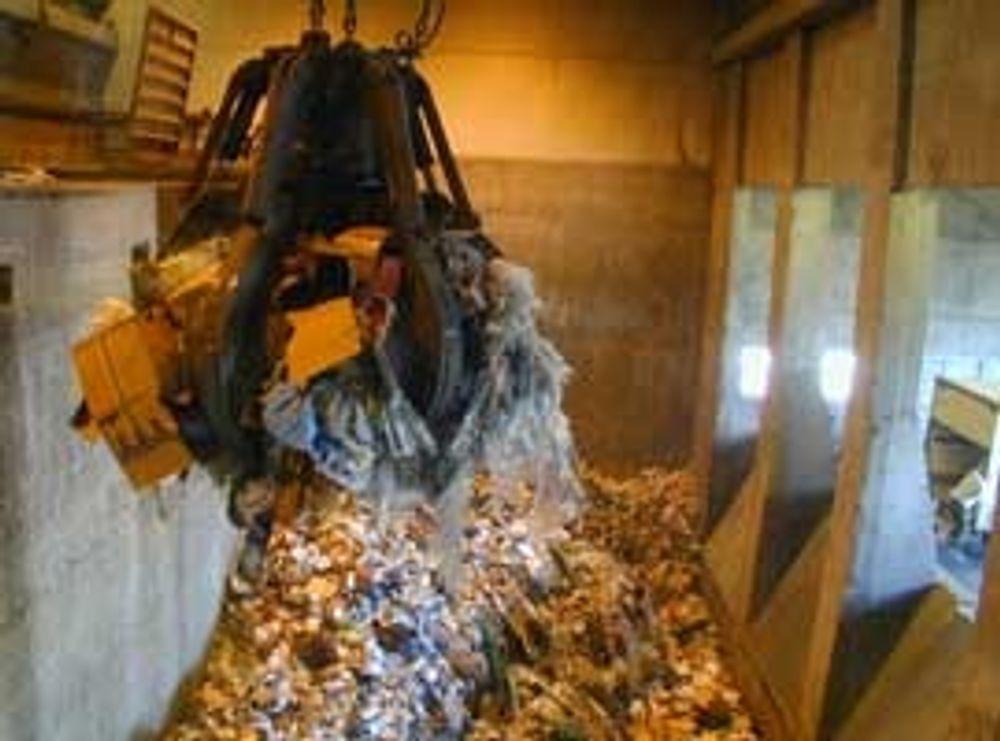Brenner ikke nok: Det finnes ikke nok forbrenningskapasitet for avfall i Norge. Her løftes avfall inn i ovnen ved Heimdal forbrenningsanlegg.