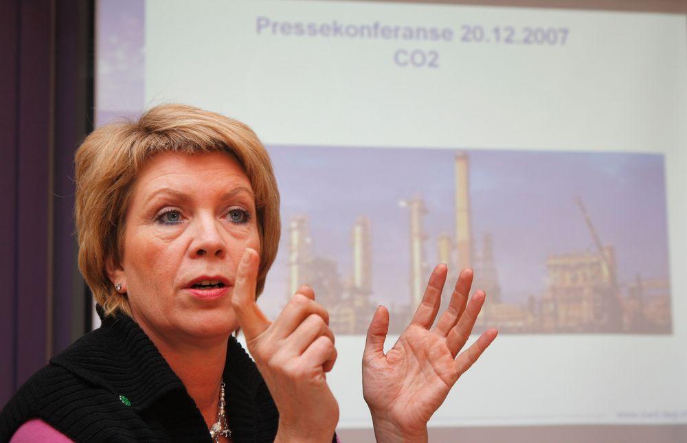 Åslaug Hagas og resten av regjeringens planlagte klimakutt hjemme i Norge spises opp av økte utslipp i utlandet forårsaket av norske importvarer.