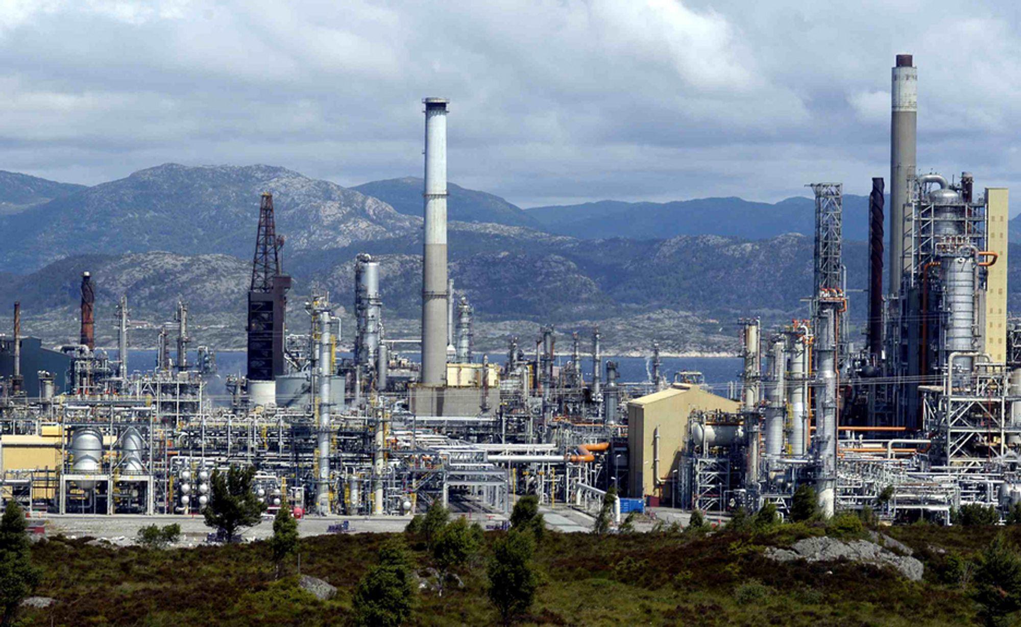 Her ved oljeraffineriet på Mongstad skal det nye varmekraftverket bygges.
