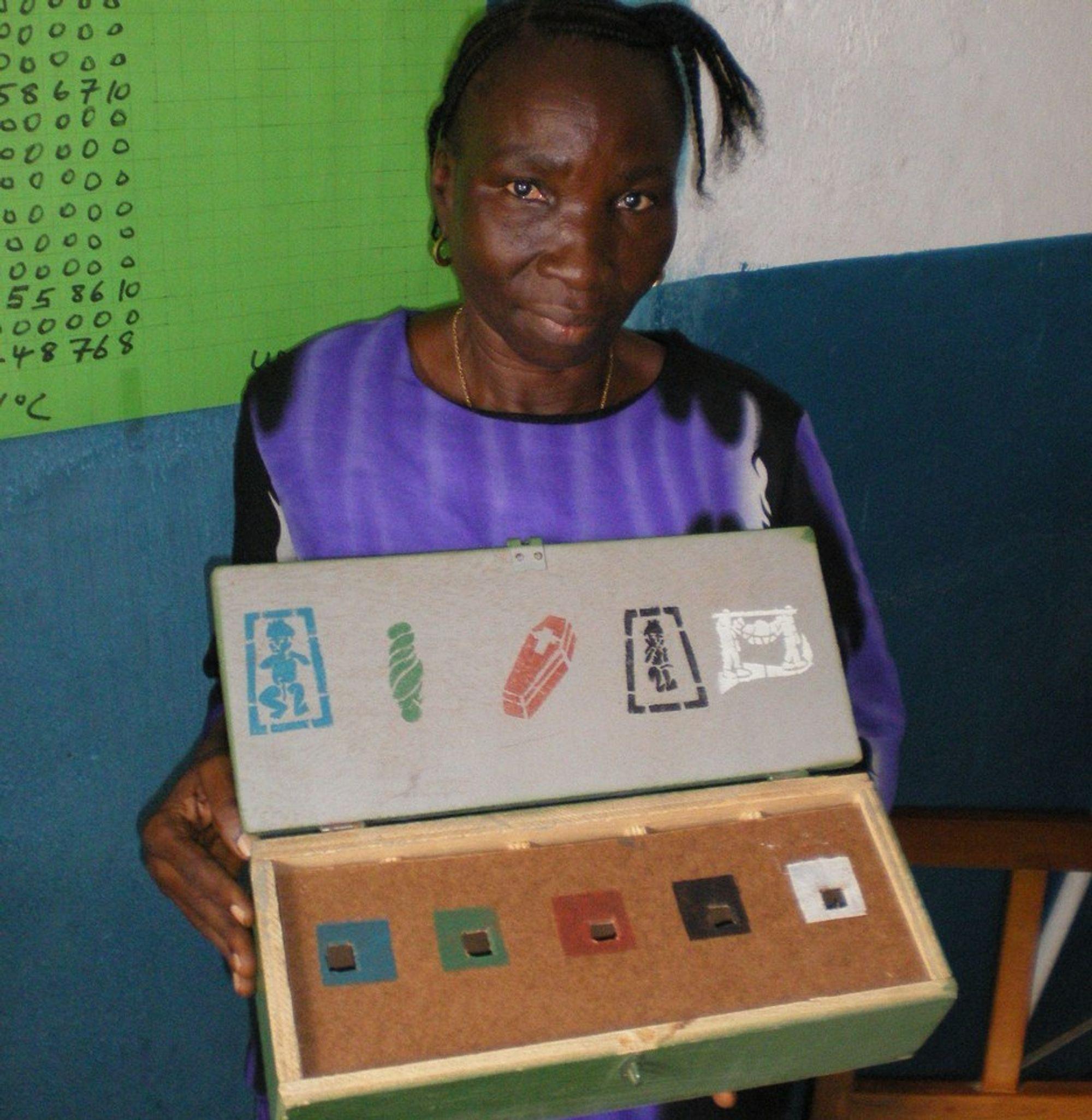 Fødselshjelperen er analfabet og bruker en steinkasse for å registrere blant annet dødfødsler, for senere dataregistrering hos Verdens Helseorganisasjon.