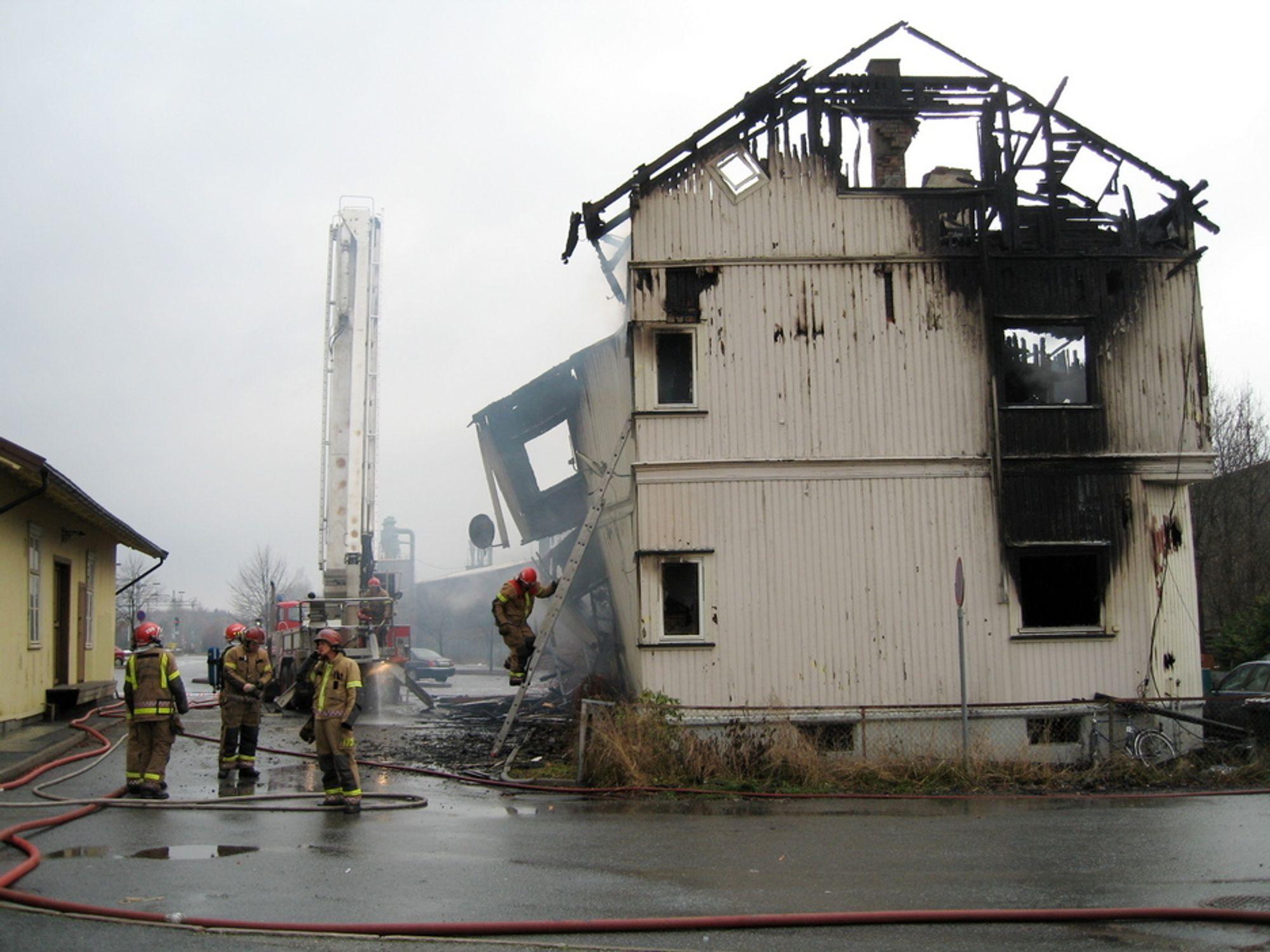 TRAGISK: To personer er bekreftet omkommet etter en brann i et bolighus rett ved Gulskogen stasjon i Drammen søndag. 15 personer kom seg ut etter at det begynte å brenne i huset ved 05.00-tiden søndag morgen. Fem personer er fortsatt savnet.